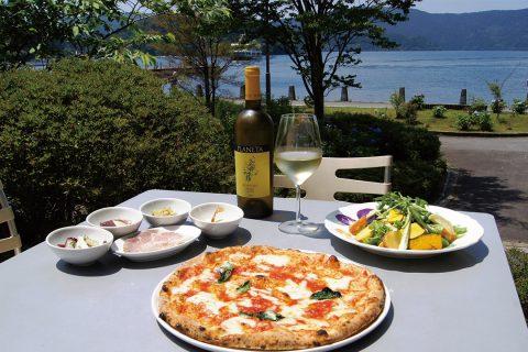 芦ノ湖テラスのテラス席と料理