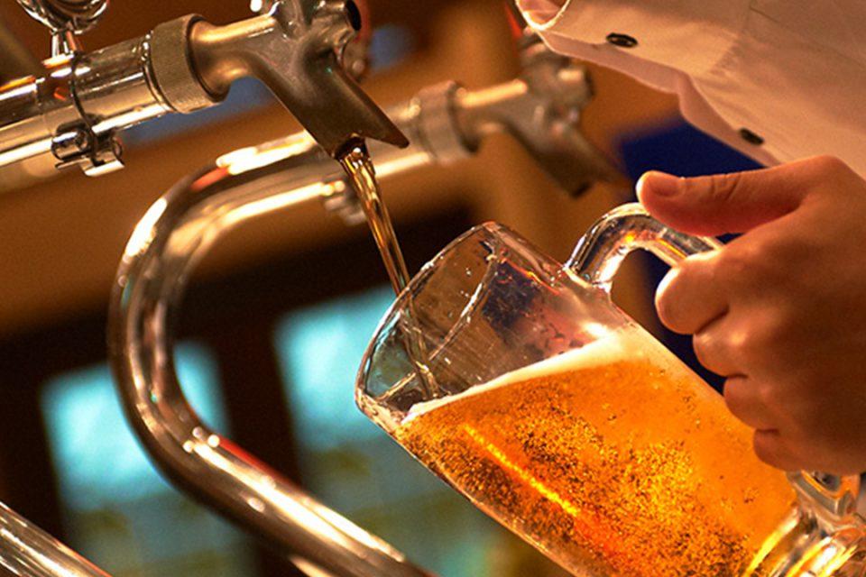 ビールを注ぐ姿