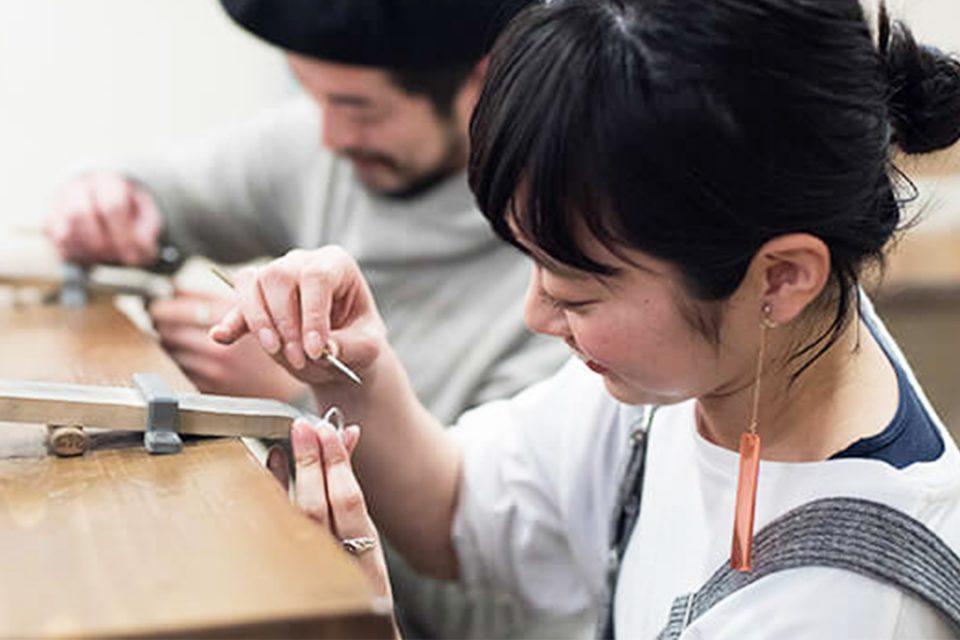 鎌倉彫金工房で指輪を作る二人
