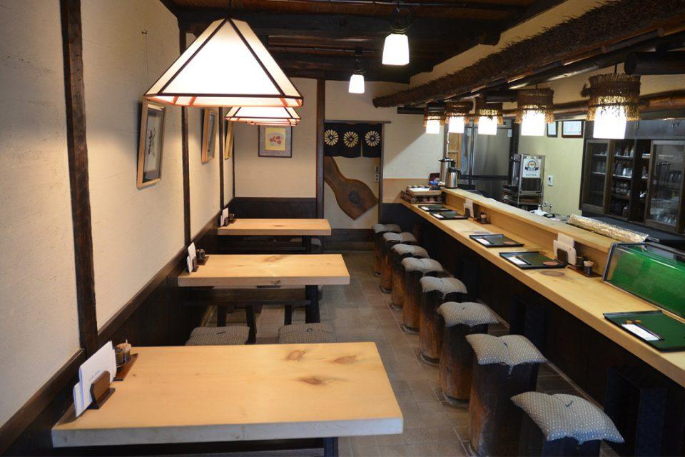 鎌倉六弥太の店内