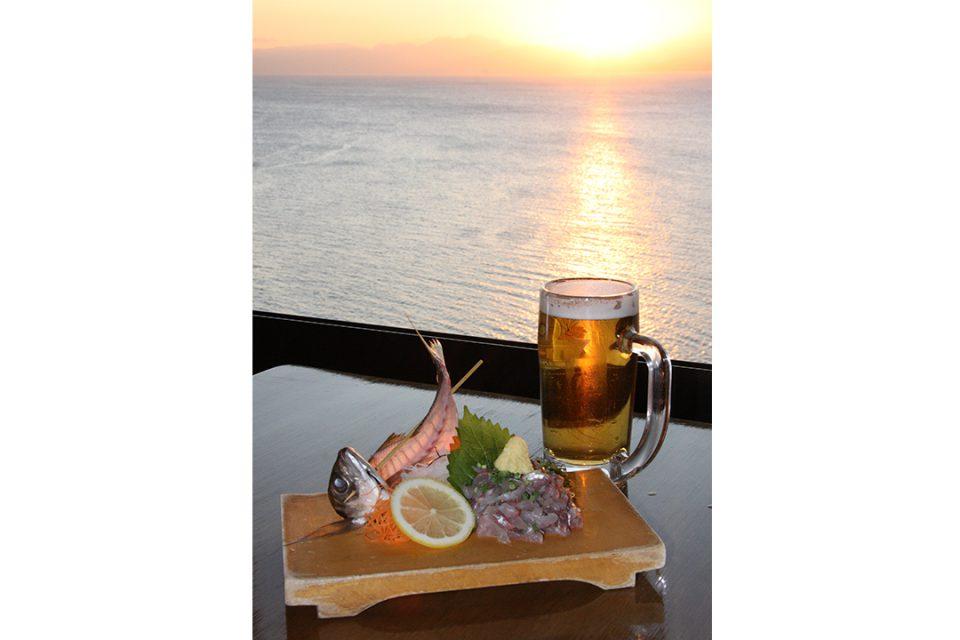 魚見亭の鯵刺身とビール