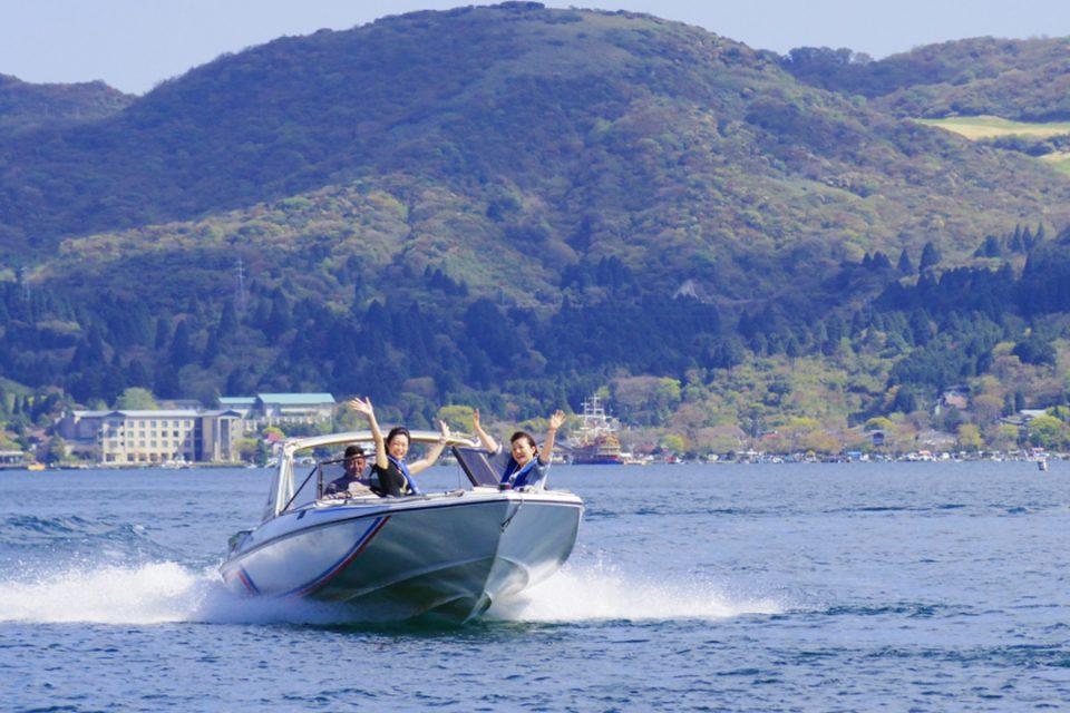 芦ノ湖の湖上を走るモーターボート