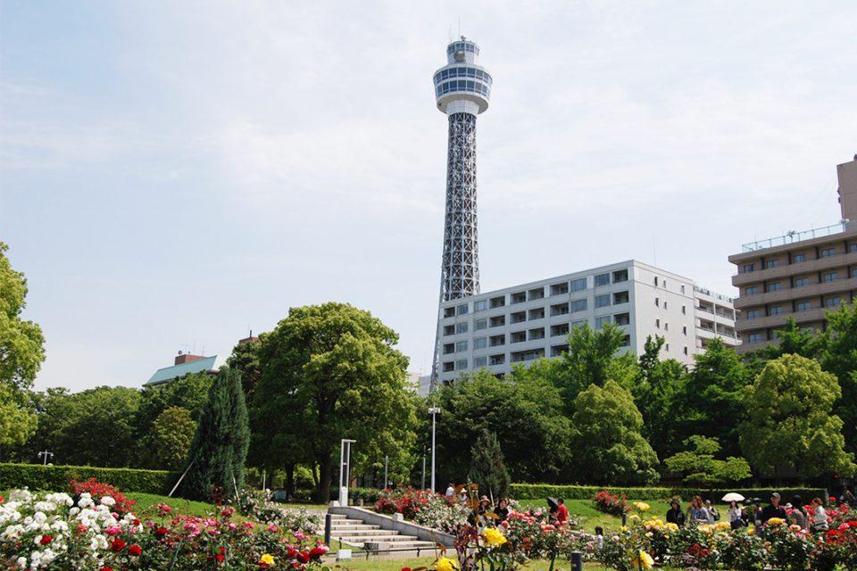 横浜マリンタワーの外観