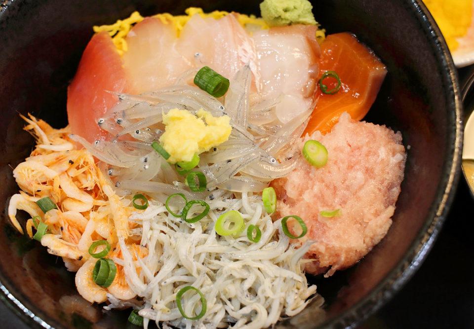 ハルミ食堂の海鮮彩海丼
