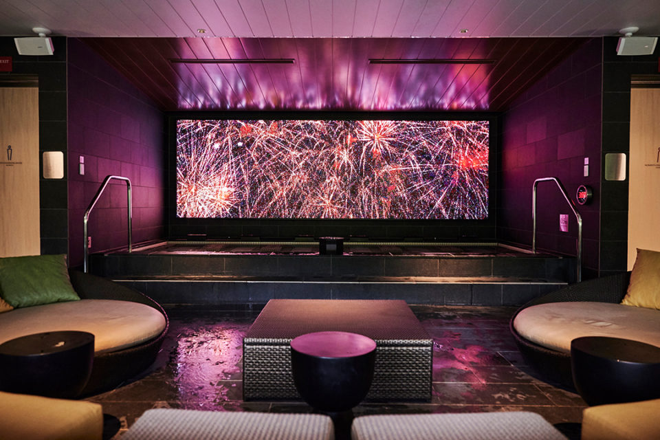 ホテルインディゴ箱根強羅の大浴場に投影されるデジタルアート