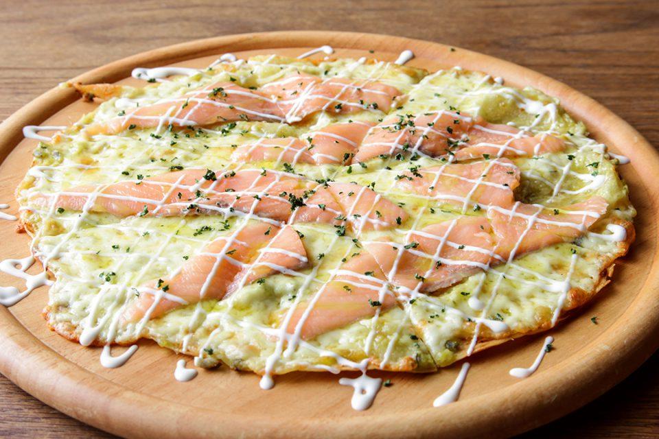 レストランメインのサーモンとアボガドのピザ