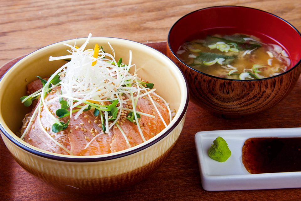 レストランメインの炙りサーモン丼味噌汁付き