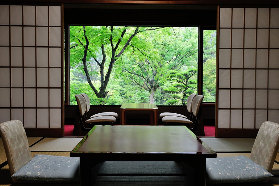 吉池旅館の庭園側和室