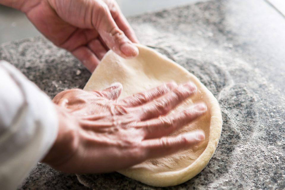 カリーナのピザ生地を作るシェフ