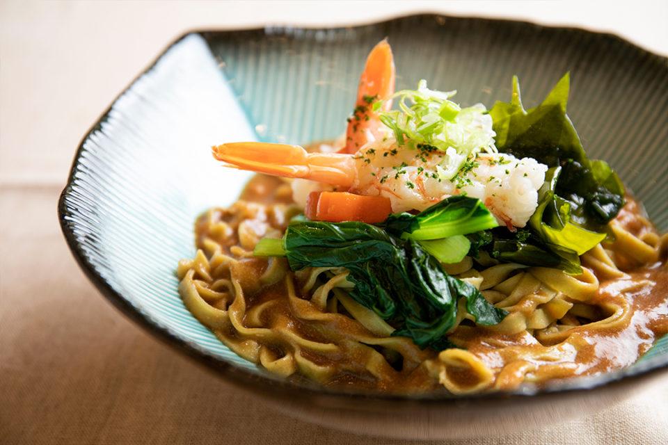 鎌倉雪ノ下の海老のワカメ麺、自家製平打ち麺、海老の出汁ソース