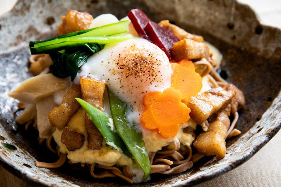 鎌倉雪ノ下のカルボナーラ風カカオ入り平打ち蕎麦、湘南ポークのベーコン添え