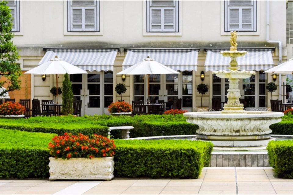 ホテルニューグランド 薔薇と緑の庭園