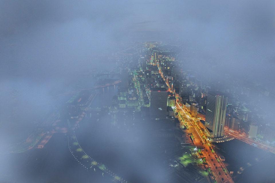 雨天時、眼下に雲を望むスカイガーデンからの景色(一例)
