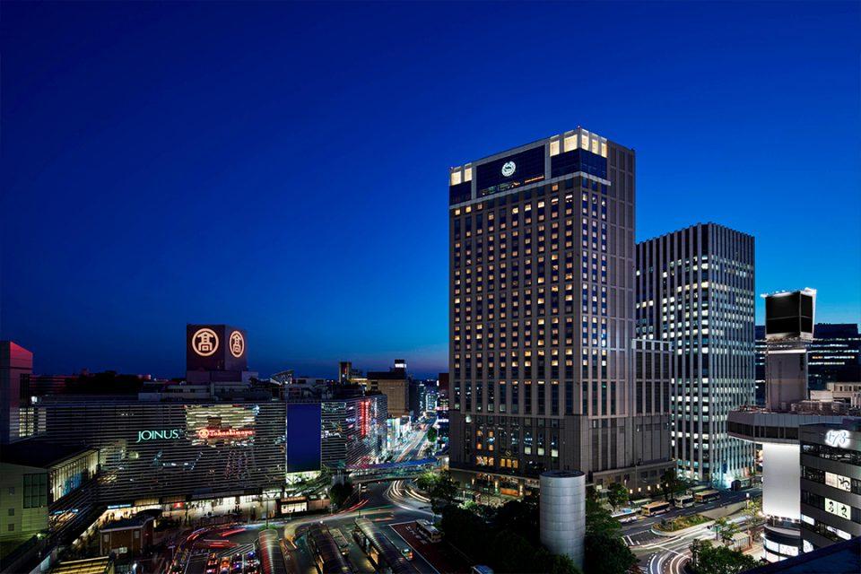 横浜ベイシェラトンホテル&タワーズの夜の外観
